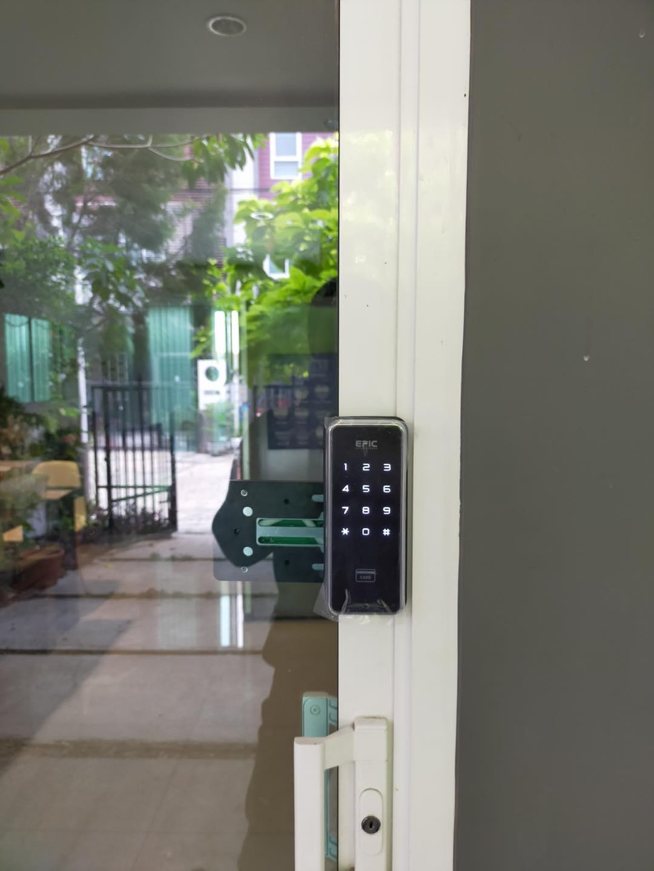 khóa điện tử epic triplex 2 way cửa nhôm kính trắng