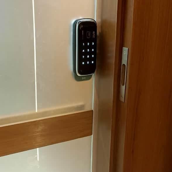 khóa cửa điện tử cửa kính cường lực 1 cánh đẩy