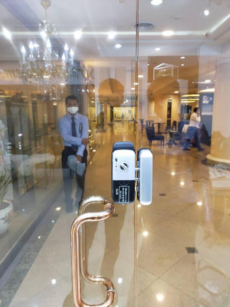khóa cửa điện tử cửa kính cường lực nhà hàng