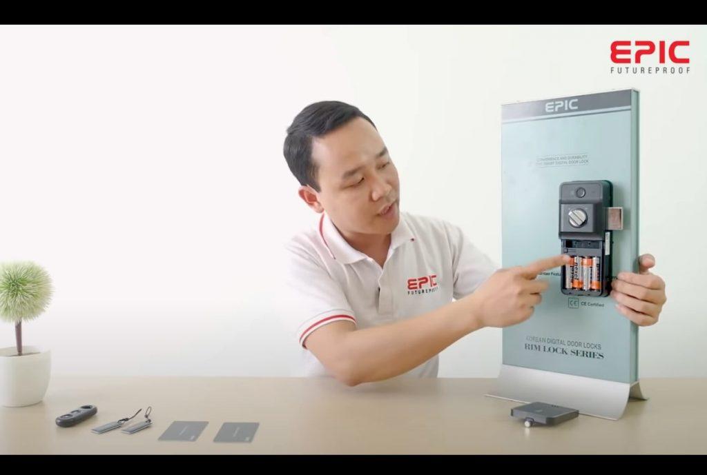 Epic F500D - mở nắp đậy pin và nhấn nút cài đặt G