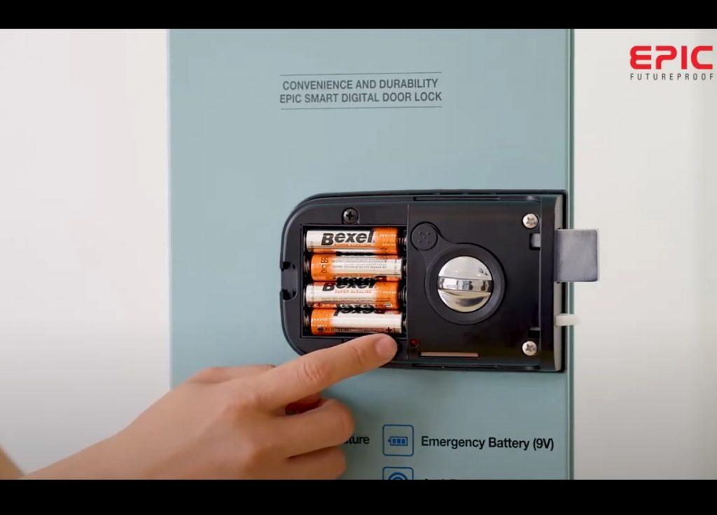 Epic s100d - mở nắp pin và ấn nút cài đặt G