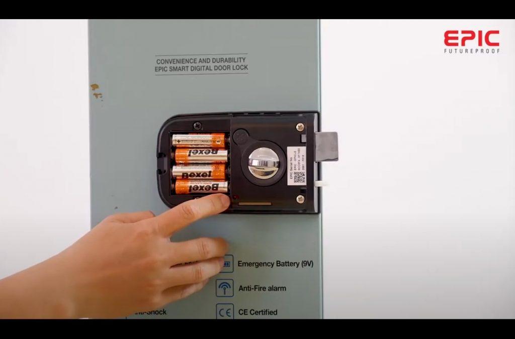 mở nắp pin và ấn nút cài đặt Epic f300d