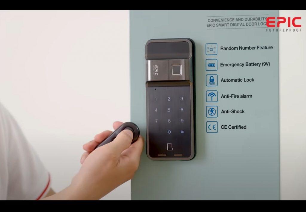 nhấn và giữ nút open trên remote